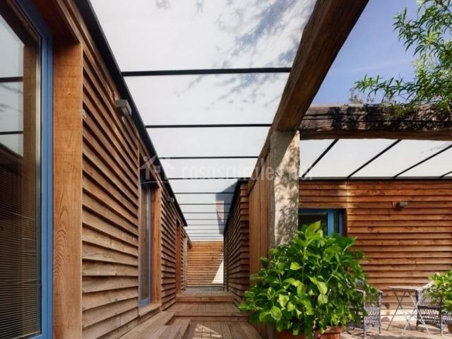 Vistas de la terraza con plantas y pasillo