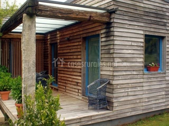 Vistas del porche con sillas de mimbre