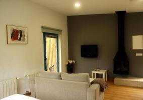 Salón con chimenea y gran armario en color blanco