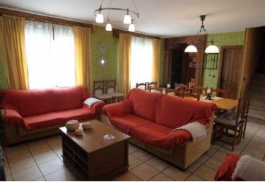 Sala de estar y comedor con paredes de color verde