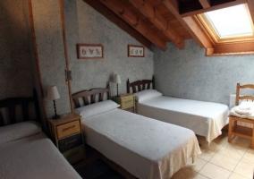 Dormitorio con 3 camas en color azul y tragaluz