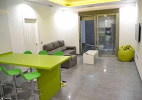 Sala de estar con salida al exterior y techo verde