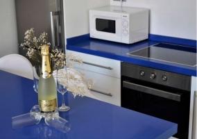 Cocina con encimera en azul y detalles en blanco