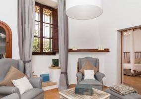 Sala de estar con muebles de madera