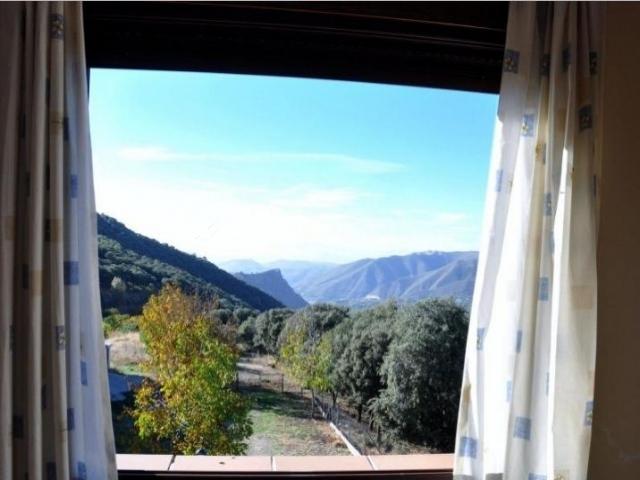 Dormitorio con vistas desde las ventanas