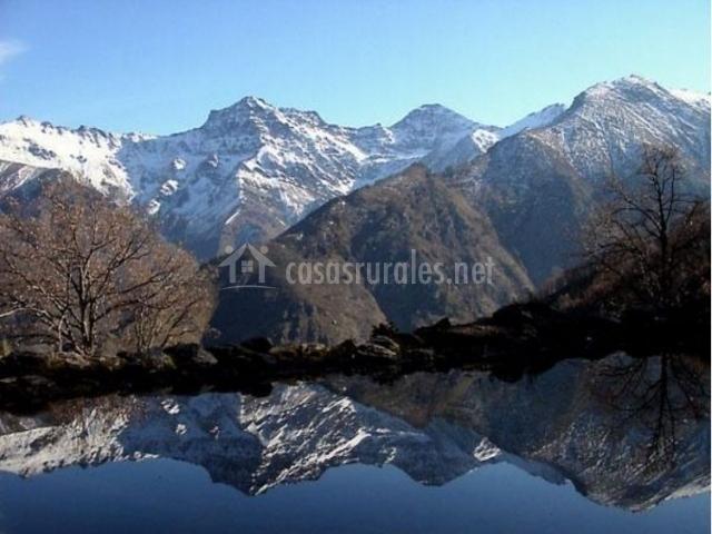 Zona natural con picos nevados