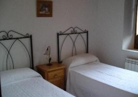 Dormitorio de matrimonio con mesillas y cajones