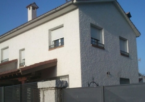 Acceso principal con piscina y fachada lateral