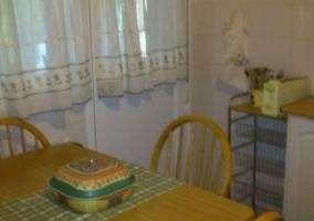 Cocina con mesa de madera centrada