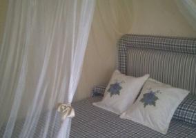 Dormitorio de matrimonio con cojines en flores azules
