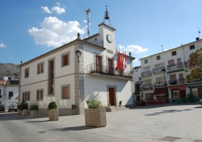 Zona centro de Navaluenga con el Ayuntamiento