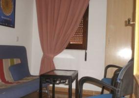 Sala de estar y comedor con cortinas en rosa