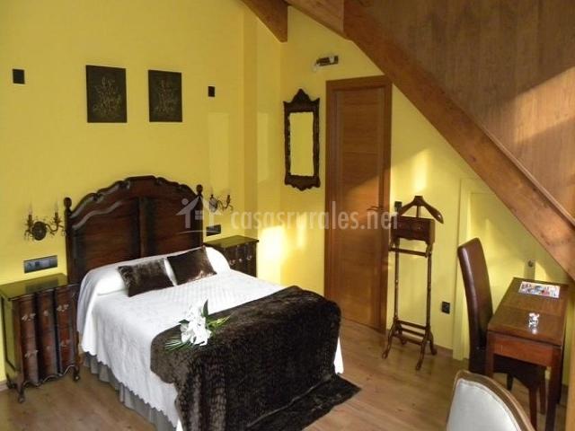 San Genario dormitorio con flores en la  cama