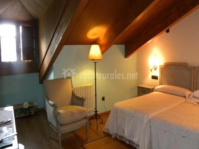 Dormitorio con sillón
