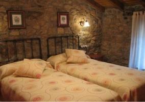 Habitación doble de piedra y madera