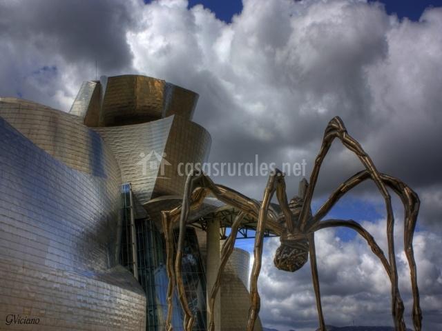 Araña de la entrada al museo