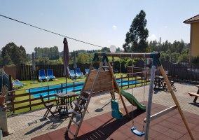 parque infantil y piscina
