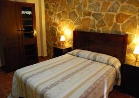Cama y armario de dormitorio doble de la casa rural
