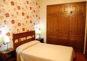 Dormitorio con papel pintado de la casa rural