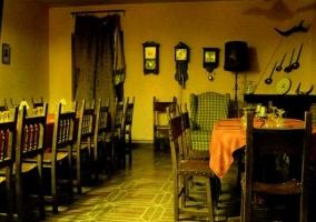 Comedor con chimenea y varias mesas