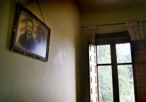 Dormitorio con cuadro de antepasados