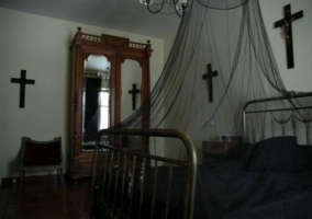 Dormitorio de matrimonio con cruces