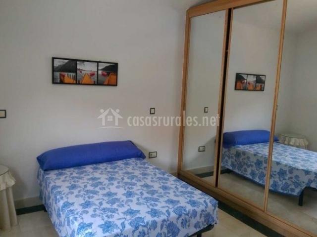 Dormitorio de matrimonio con colcha en azules