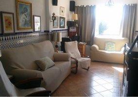 Sala de estar con varios sillones tapizados