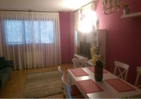 Sala de estar con paredes de un colorido morado