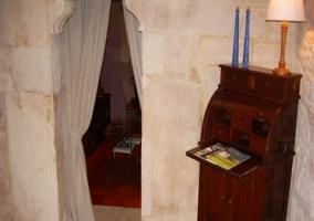 Acceso por el porche y puerta de madera