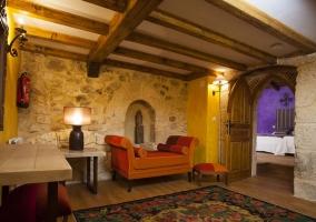 Sala de estar con chimenea y sillones tapizados