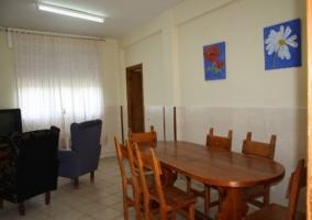Sala de reuniones con mesa