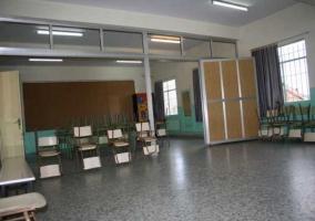 Sala con mesas y sillas