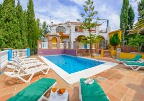 Amplio exterior de la casa con piscina y hamacas