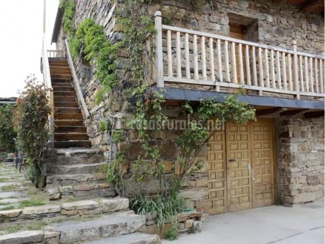 Acceso a la casa con escaleras