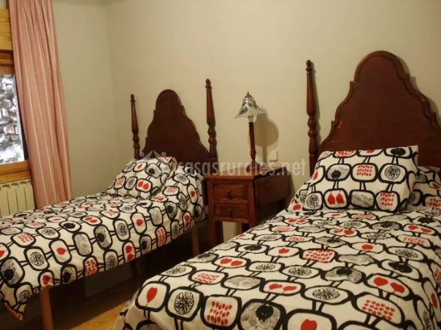Dormitorio doble con cabeceros altos de madera oscura