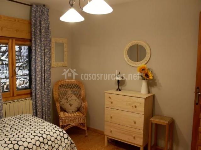 Dormitorio doble con cómoda en el frente