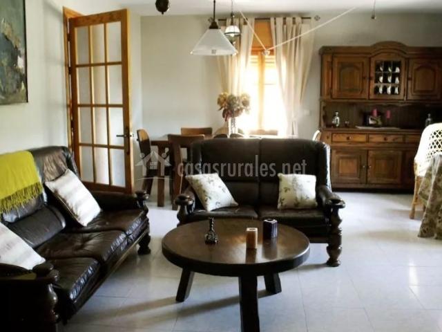 Sala de estar con zona de comedor junto a la ventana