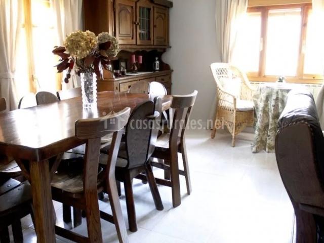 Sala de estar y la mesa de comedor en madera
