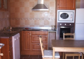 Cocina con horno y microondas en columna