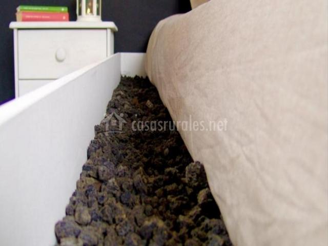 Rocas alrededor de la cama