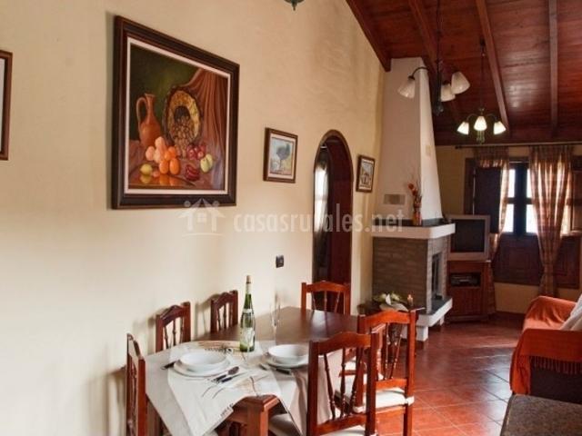 Sala de estar con chimenea que comunica con la cocina comedor
