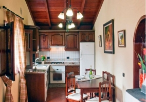 Cocina comedor en madera con su zona para comer