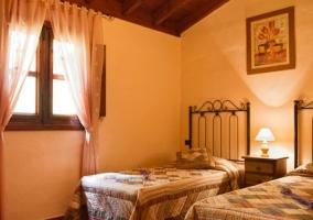 Dormitorio doble con ventana y cortinas