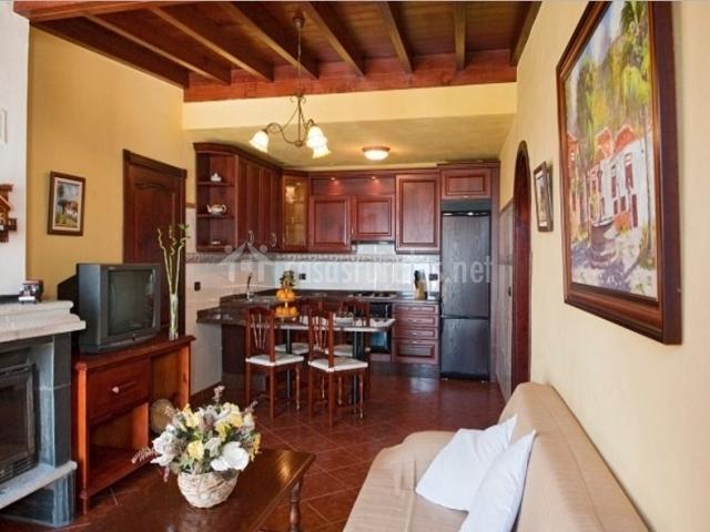 Cocina comedor con barra y muebles de madera