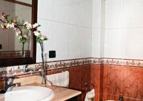 Aseo de la casa con detalle de flor en el lavabo