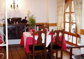 Restaurante con la chimenea en el frente, y detalle de madera