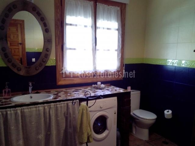 Zona de baño con lavadora