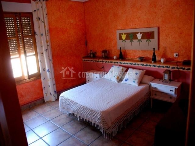 Habitación con cama de matrimonio y detalles de decoración personales