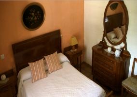 Dormitorio de matrimonio con mueble y espejo